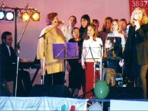 Marie Myriam 2002 chante avec des élèves, accompagnée par Jean Philippe Valette 2002